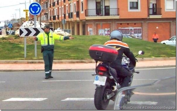 PoluxCriville-Vía_Conchi_Ares-conduccion-segura-moto-prioridad-seniales-trafico-vertical-horizontal
