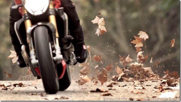 PoluxCriville-Ducati-hojas-secas-patinar-deslizar-equilibrio-conduccion-segura-moto