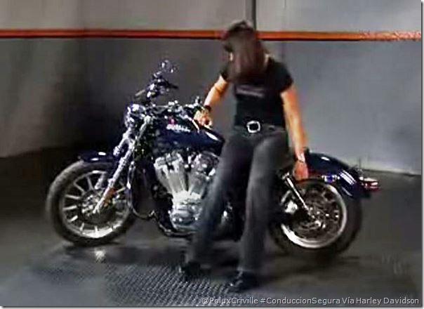 PoluxCriville-Via-Harley-Davidson-detalles-antes-de-levantar-moto