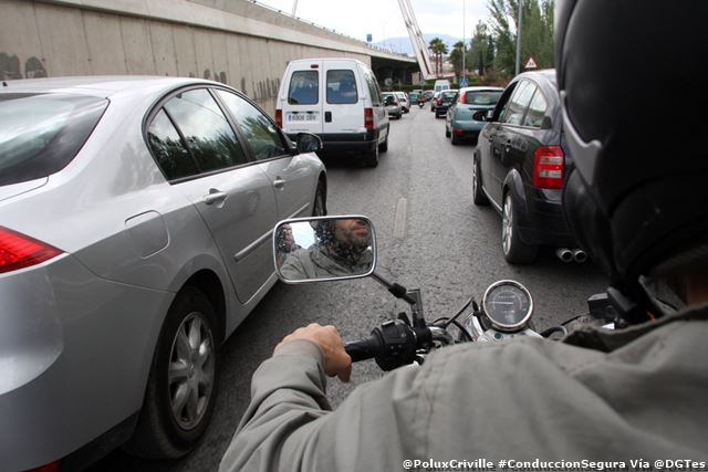 PoluxCriville-Via-@DGTes-conduccion-segura-moto-evita-angulos-muertos