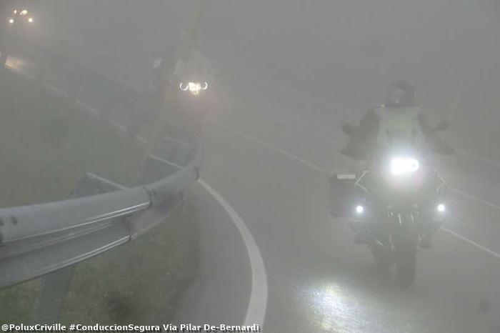 PoluxCriville-Via-Pilar De-Bernardi-conduccion-moto-niebla-luces