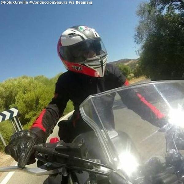 PoluxCriville_Via_@beamaig_conduccion-preventiva-manos-mirada-moto