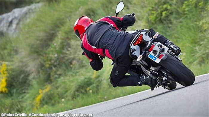 PoluxCriville-Via-Motos.net-postura-mirada-ropa-llamativa-moto-conduccion-segura