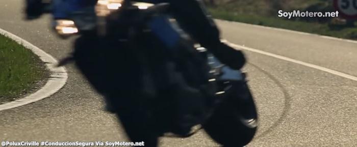 PoluxCriville-Via-SoyMotero.net-bloquear-freno-trasero-derrapada-alarga-frenada-conduccion-segura-moto