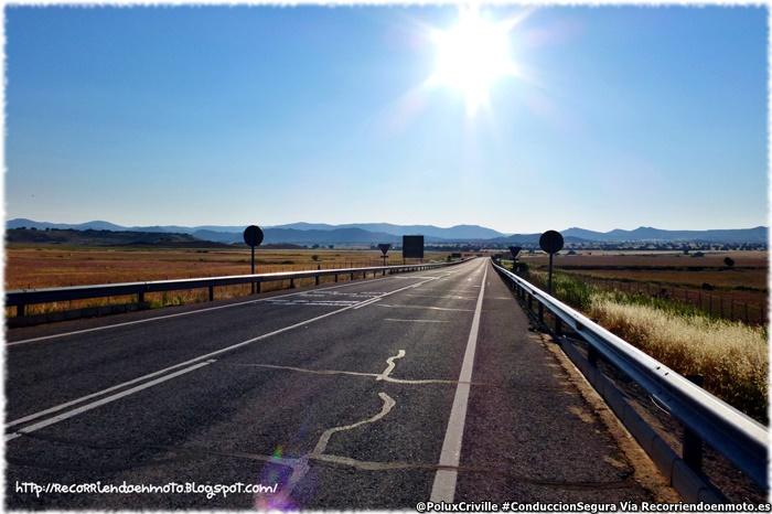 PoluxCriville_Via-Recorriendoenmoto.es-sol-verano-carretera-poca-circulación-circulacion-segura-moto