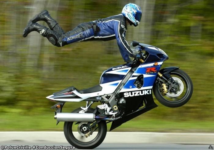 PoluxCriville-Autor-desconocido-moto-domina-piloto-capa-superman-conduccion-segura-moto