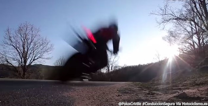 Poluxcriville-Via-Motociclismo.es-asfalto-gravilla-peligros-moto-nueva-conduccion-segura