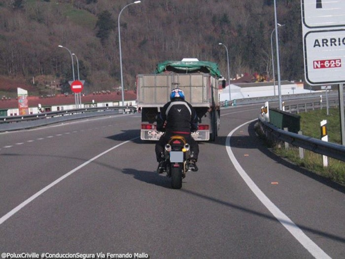 PoluxCriville-Via_Fernando Mallo_camion-viento-moto-separacion-conduccion-segura-moto