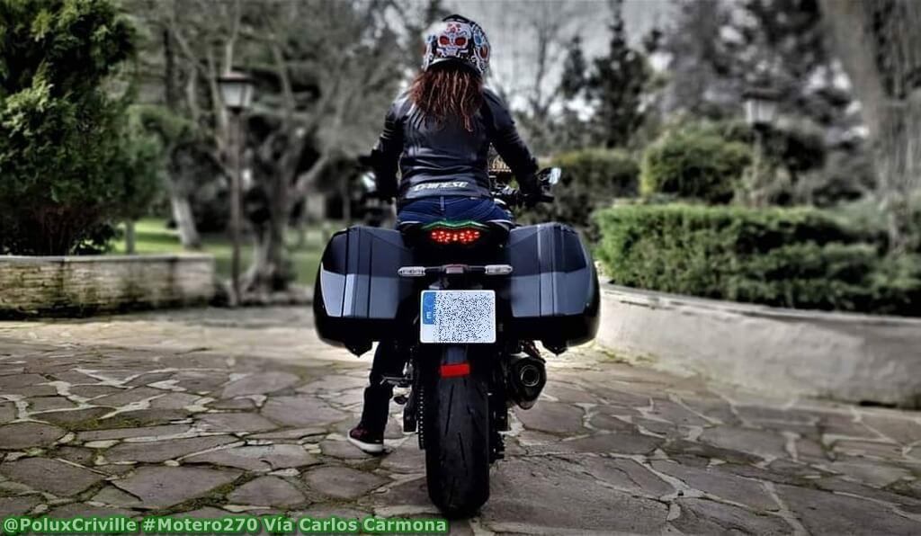 Piloto apoyando el peso de una moto con un sólo pie
