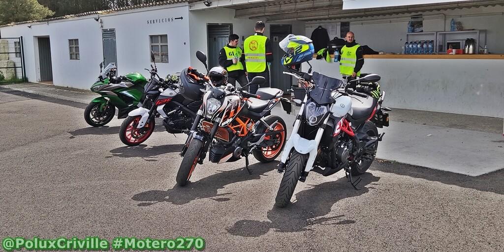 Motos de pequeña y gran cilindrada en un curso de conducción segura