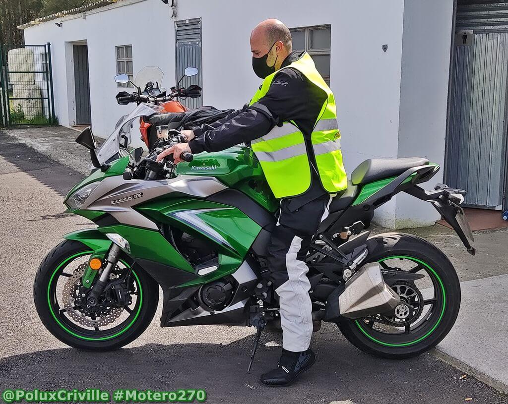 Conductor de moto comprobando apoyo de los pies