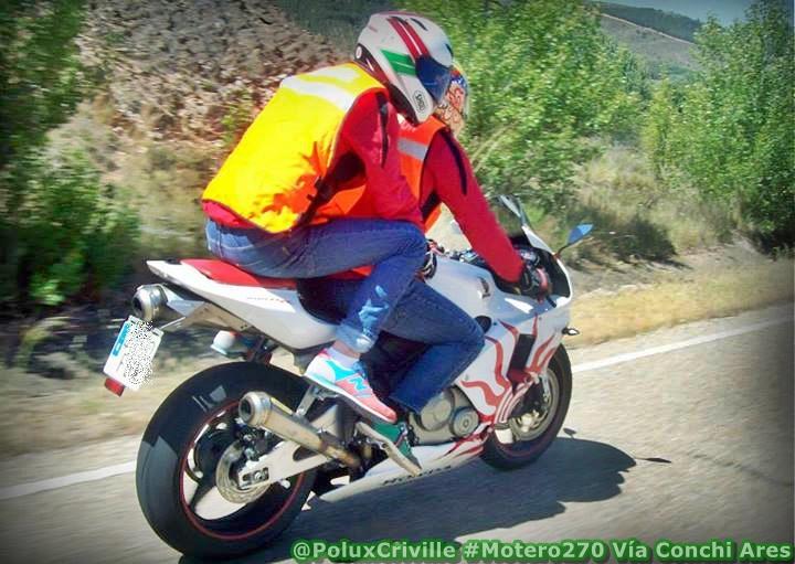 Piloto y pasajero en moto en ropa de calle
