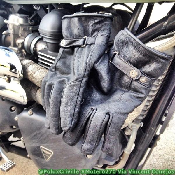 Secado de unos guantes sobre el motor