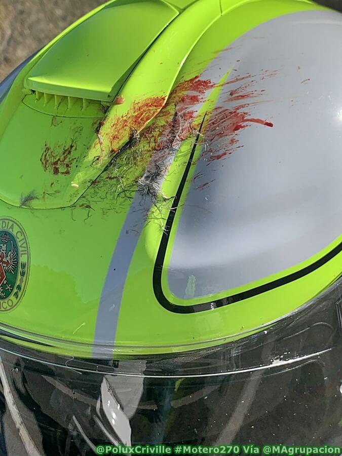 Restos orgánicos de pájaro contra un casco de moto