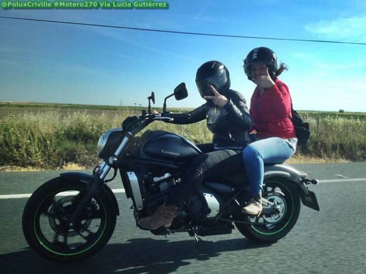 Dos motoristas vestidos a medias para rodar en moto