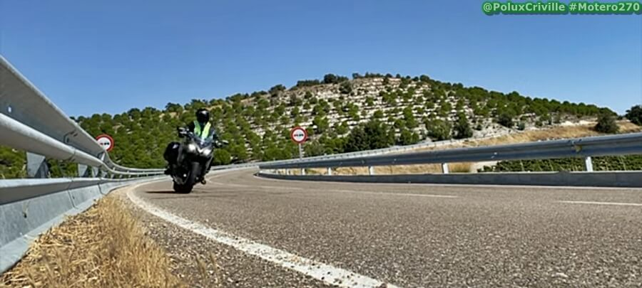 Moto circulando en carretera abierta